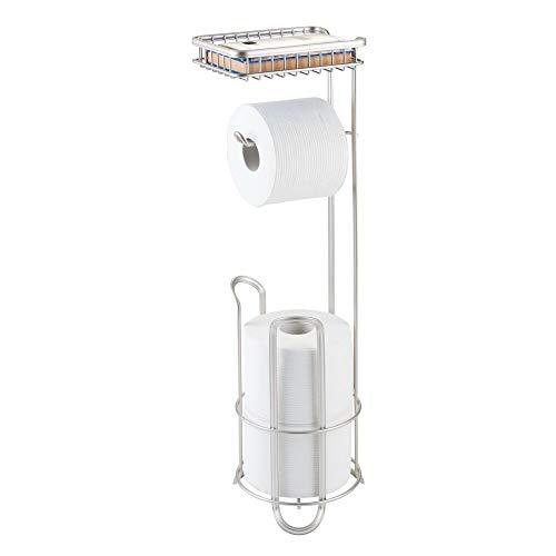 mDesign – Portarrollos para baño con escobilla y bandeja – Soporte para papel higiénico sin taladro – Portarrollos de papel higiénico de color satinado
