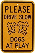 Kysd43Mill Leyenda por favor conducir lento perros en juego con gráfico señal, metal aluminio señal de advertencia, propiedad privada letrero, Home Garden Yard por lo tanto, para puerta negro en amarillo