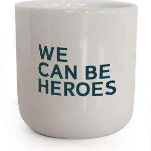 PLTY - Becher - Tasse ohne Henkel - Handglasiertes Weiß Porzellan - Hochwertiges Bone China - Kaffeebecher mit Spruch - We can be Heroes - Lyrics