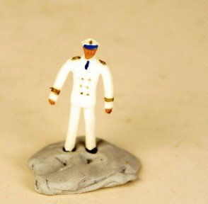 Schildkröt kleine Biegepuppe, ca. 5 cm, Kapitän in weißer Uniform