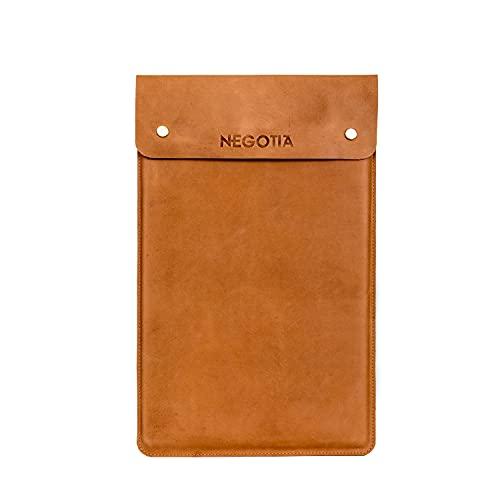 NEGOTIA Alpha - Laptop Hülle aus Nappaleder - Laptoptasche 13.8 Zoll - Laptophülle ideal für MacBook Pro & Air in 13, 13.3 Zoll - Braun