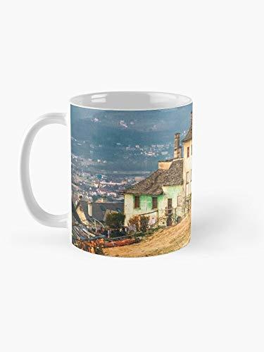 Taza de café de 325 ml, diseño de Old house in the Italian Countryside by the Alps
