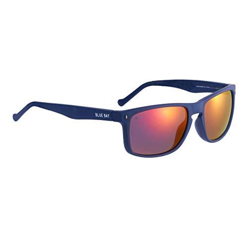 BLUE BAY AMYDA, Gafas de Sol Polarizadas para Hombre, Protección UV 100%, Actividades al Aire Libre, Gafas de Sol de Material Reciclado, Ligeras y Flexibles, Montura Azul y Cristales Rojos, 26 gramos