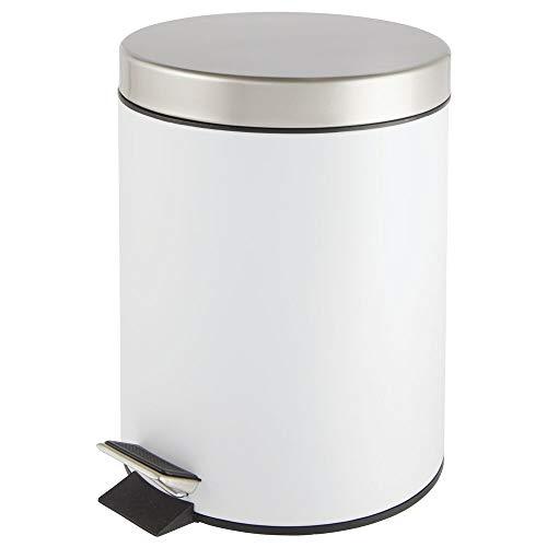 mDesign Cubo de Basura con Pedal – Contenedor de residuos de Metal de 5 litros con Tapa y Cubo plástico extraíble – para cosméticos o como Papelera de baño, Cocina u Oficina – Blanco y Plateado Mate
