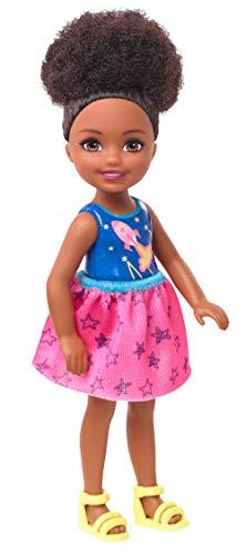 Barbie GHV62 - Club Chelsea Puppe (brünett) mit Weltraum-Motiv, Spielzeug ab 3 Jahren