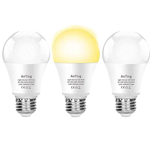 ANTING Bombilla LED E27 con sensor crepuscular, 12 W equivalente a 100 W, A19, 1000 lúmenes, encendido y apagado automático, atardecer hasta el amanecer, 3 unidades, blanco cálido (2700 K)