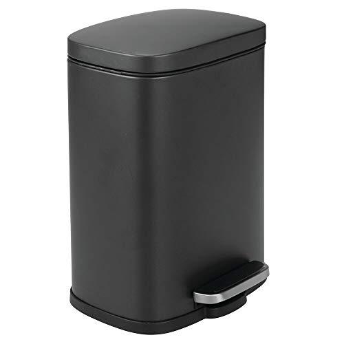 mDesign Cubo de basura con pedal, tapa y cubo de plástico – Contenedor de residuos hecho de acero y con 5 litros de capacidad – Pequeña papelera de baño, cocina, oficina, etc. – negro