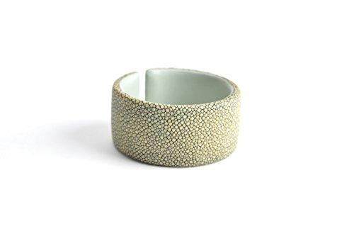 Damen Armband 'Gigi' Rochenleder Armreifen für Frauen grau grün beige Arm-Reif Armspange Armschmuck für Frauen taupe