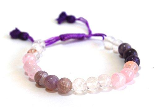 Met rijki-energie opgeladen amethist, rozenkwarts en bergkristallen in parelvorm op armband geregen, in mooie geschenkverpakking.
