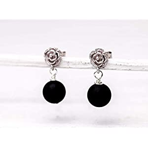 Blüten-Ohrringe schwarz-silber, matt-versilberte Blümchen-Ohrstecker, Onyx-Perlen matt mit Blume, ein Handmade Geschenk…