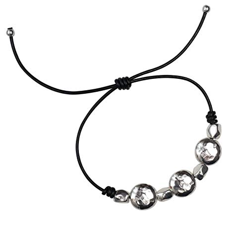 Pulsera Colección Magic, de cuero negro con piezas redondas chapadas en plata , ajustable mediante nudo corredizo.