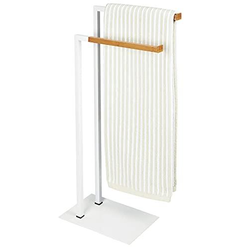 mDesign Soporte para toallas – Toallero de pie con dos barras para toallas grandes y pequeñas – Portatoallas compacto de metal – blanco/madera