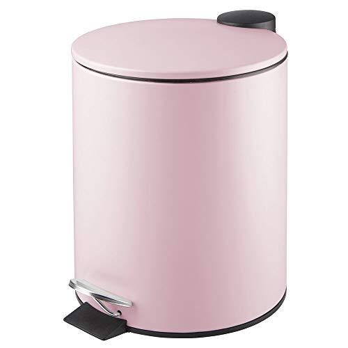 mDesign runder Tretmülleimer – 5 l Mülleimer aus Metall mit Pedal, Deckel und Kunststoffeinsatz – eleganter Kosmetikeimer oder Papierkorb für Bad, Küche und Büro – pink