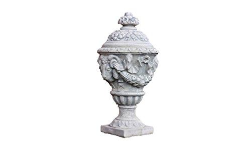 Amphore mit Deckel und Widderköpfen, Urne, aus Steinguss, Frostfest