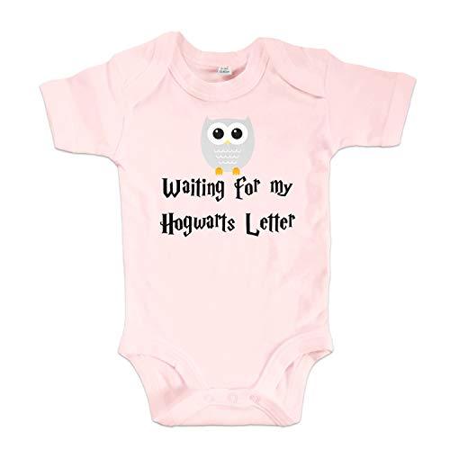 net-shirts Organic Baby Body mit Hogwarts Letter Aufdruck Spruch Motiv süß Cute Strampler aus Bio-Baumwolle Inspired by Harry Potter, Größe 0-3 Monate, rosa