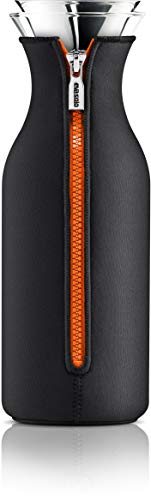 EVA SOLO – Kühlschrankkaraffe | Skandinavisches Design | 1 Liter| Borrosilikat-Glas, Edelstahl, Silikon | spülmaschinenfest | 100{c67bcef5b87ca8fe8b899ed0953ed08e11e632248e92720927c91c33b187d6b0} tropffrei | mit Neoprenmantel – Black/Orange
