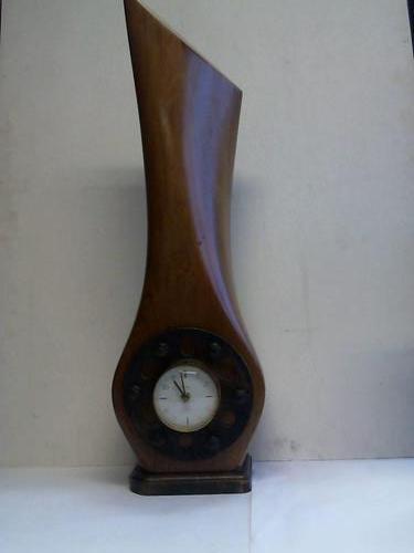 Uhr der Firma Blessing in ein Holz-Propellerteil eines Flugzeuges eingebaut