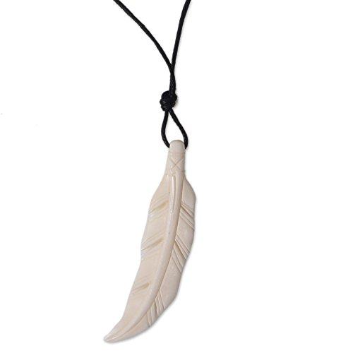 NOVICA Mujeres Hueso Colgante de Collar 'Feather Gallo'