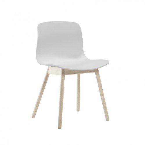 HAY About a Chair AAC 12 Stuhl Eiche geseift, weiß Sitzschale Polypropylen Gestell Eiche massiv geseift mit Kunststoffgleitern