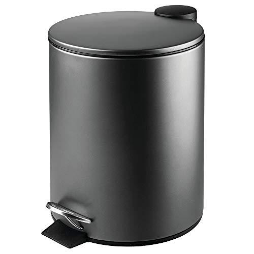 mDesign runder Tretmülleimer – 5 l Mülleimer aus Edelstahl mit Pedal, Deckel und Kunststoffeinsatz – eleganter Kosmetikeimer oder Papierkorb für Bad, Küche und Büro – schwarz