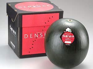 でんすけすいか6Lサイズ以上 (最高ランク秀品、11kg以上 日本農業賞大賞受賞 北海道産スイカ 外は真っ黒、中は真っ赤なシャキシャキ果肉スイカ
