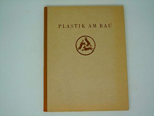 Plastik am Bau