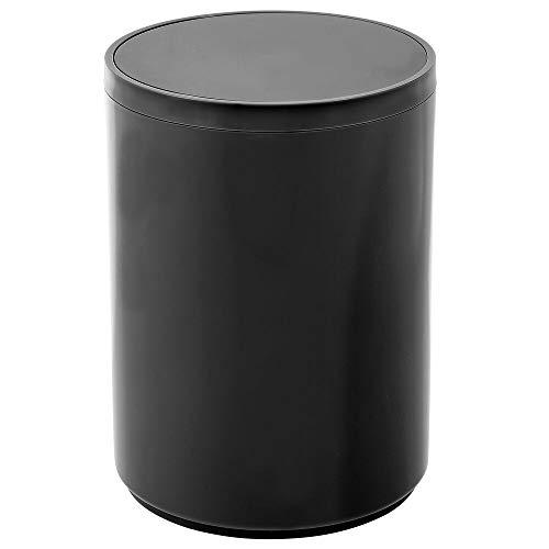 mDesign Cubo de basura con tapa basculante para baño o cocina – Papelera redonda de plástico – Contenedor de residuos compacto con un atractivo diseño – negro