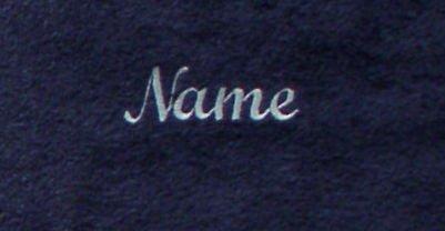 donkerblauwe Sauna Handdoek met donkerrood borduurwerk van uw naam