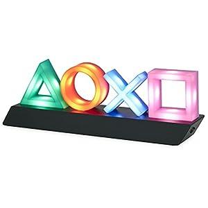 Beleuchten Sie die Nacht: Beleuchten Sie Ihr Schlafzimmer mit den Symbolen und Symbolen des äußerst beliebten und unterhaltsamen PlayStation-Spielesystems. Das PlayStation-Symbol beleuchtet die Dunkelheit mit einem sanften, farbenfrohen Schimmer. Ges...