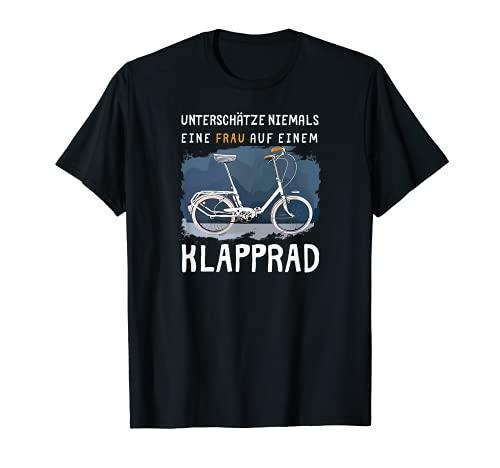 Nunca subestime a una mujer en una bicicleta plegable. Camiseta