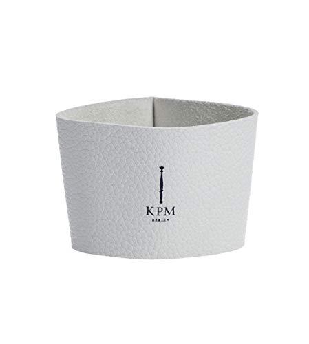 KURLAND Ledermanschette für to-Go Becher Porzellan von KPM Berlin - Kaffeebecher to-Go - Tee to-Go - das umweltfreundliche Stil-Statement für Kaffee & Tee - Weiße Ledermanschette mit blauem Logo