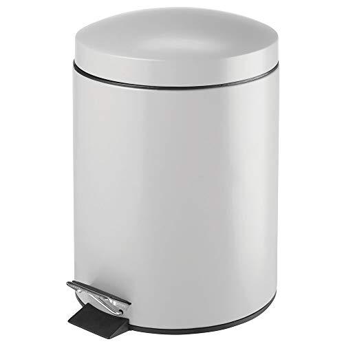 mDesign Bidone spazzatura rotondo con volume di 5 L – Perfetto come contenitore raccolta differenziata per il bagno, la cucina o l'ufficio – Pattumiera a pedale in metallo e plastica – grigio chiaro
