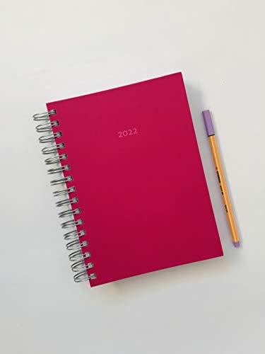 DIN A5 - 2022 Dicker Kalender – HIMBEERE – Spiralbindung – pro Tag eine volle DIN A5 Seite Platz, auch am Wochenende – ideal als Tagebuch, Bullet Journal, Tageskalender, Bürokalender, Terminkalender