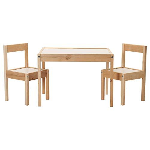 IKEA LATT kindertafel met 2 stoelen, wit/grenen, zijn kleine afmetingen maken het bijzonder geschikt voor kleine kamers of ruimtes.