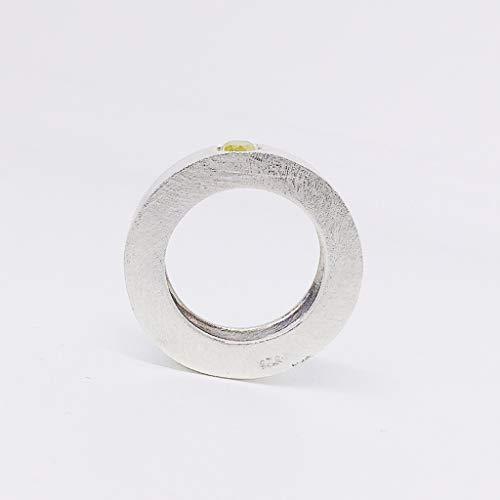 Anillo con Diamante Certificado de 0,40 quilates (medidas 4,2 mm x 3 mm), forjado totalmente a mano en Plata de ley.
