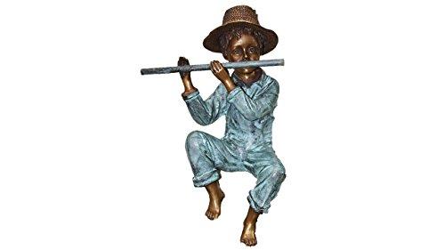 Flötenspieler Strohhut, Junge, Jungenfigur, Figur ist aus Bronze
