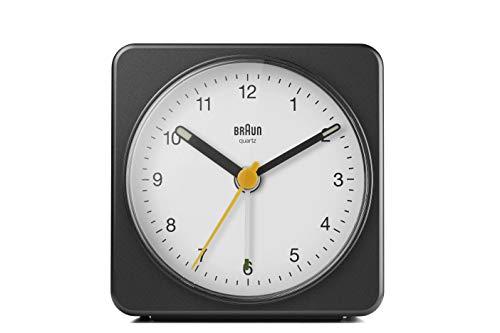 Braun Klassischer analoger Wecker Schlummerfunktion und Licht, ruhiges Quarzuhrwerk, Crescendo-Alarm, schwarz-weißes Modell BC03BW.