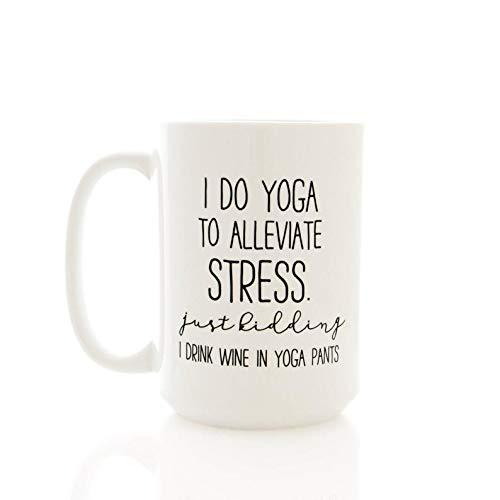 15 Oz koffiemok, wijnmok. Ik doe Yoga om stress te verlichten. Just Kidding I Drink Wijn in Yoga Broek. Moeder geschenken, grappige koffie beker, thee Cup