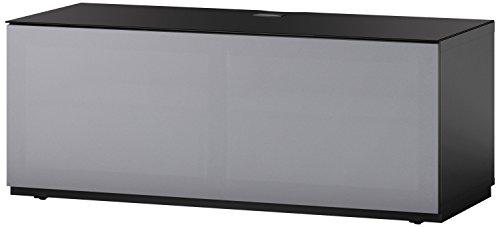 Sonorous STA 110T-BLK-GRY-BS stehende TV-Lowboard mit versteckten Rollen, schwarzer Korpus, obere Fläche, gehärtetem Schwarzglas und Klapptür mit grauem Akustikstoff