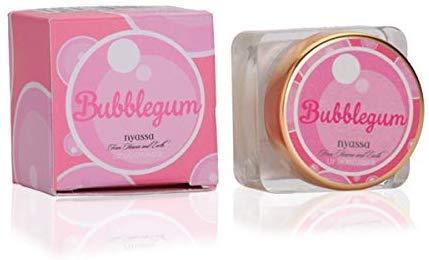 Glamorous Hub Nyassa Bubble Gum Bálsamo Labial Hidratante Natural 5 Gm. Fortificado con la bondad innata de los aceites prensados de manteca de karité vitamina E; Sin vaselina; Sin parabenos. Veget