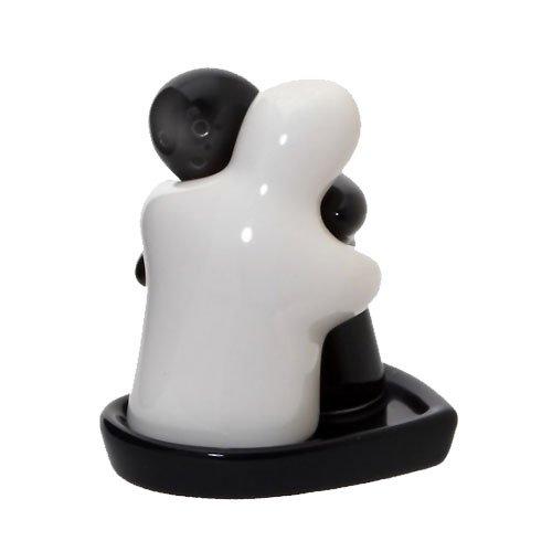 Groot zwart wit knuffelen paar zout en peper potten op hart gevormd lade