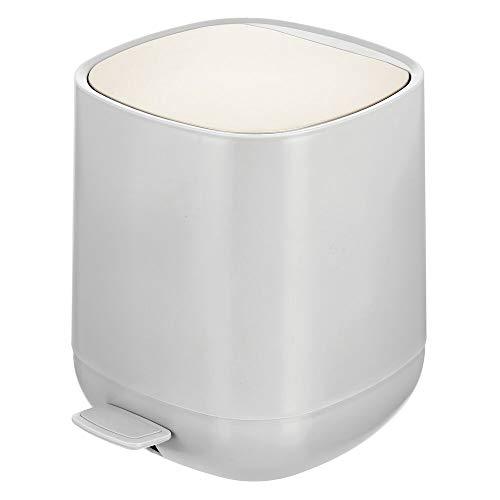 mDesign Cubo de Basura con Pedal de 5 L para baño, Cocina o Dormitorio – Papelera de baño de plástico pequeña – Moderno contenedor de residuos con Cubo extraíble – Gris y Plateado Mate