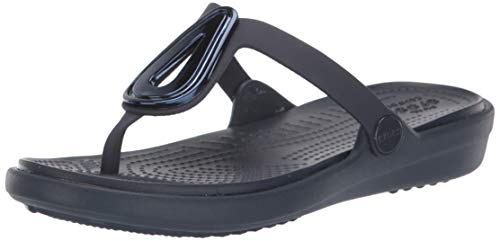 crocs Damen Sanrah Beveled Flat Flip W Sandale, Blau (Navy/Navy), 42 EU