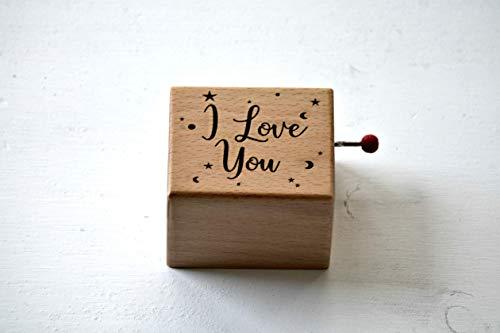 Caja de música de madera grabada con I love you. Melodía: La vie en rose.
