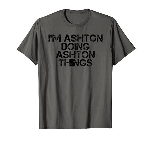 """Idea divertida de regalo de cumpleaños con texto en inglés """"I M ASHTON DOING ASHTON"""" Camiseta"""