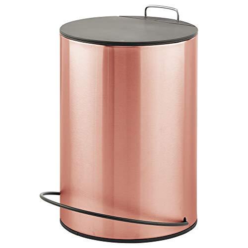 mDesign Cubo de basura con pedal y diseño compacto – Contenedor de residuos de 5 litros de acero con tapa – Para cosméticos o como papelera de baño, cocina u oficina – dorado rojizo y negro