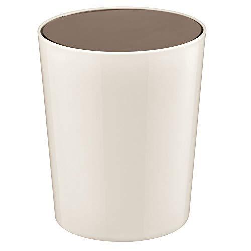 mDesign Cubo de basura con tapa basculante para baño o cocina – Papelera redonda de plástico – Contenedor de residuos compacto con cubeta interior extraíble – color crema/bronce