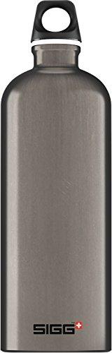SIGG Traveller Smoked Pearl Trinkflasche (1 L), schadstofffreie und auslaufsichere Trinkflasche, federleichte Trinkflasche aus Aluminium