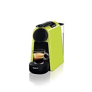 Une petite machine pour de grands moments café. La plus petite machine Nespresso trouvera sa place dans toutes les cuisines même les plus petites Profitez d'un Espresso ou d'un Lungo à votre goût grâce aux deux boutons programmables Obtenez une quali...