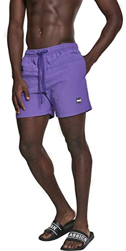 Urban Classics Bañador de Hombre para un Look Deportivo, con Cordón Blanco y Logo Marrón, dos Bolsillos Laterales y uno Trasero con Cremallera, Costura en la Cadera, en multiple colores, Talla